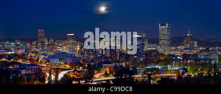 Moon Rise über Portland Oregon Stadt Skyline und Licht Wege zur blauen Stunde - Stockfoto