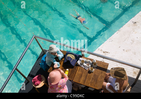 Frauen im Café mit Blick auf das Schwimmbad Bondi Icebergs.  Sydney, New South Wales, Australien - Stockfoto