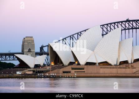 Twilight-Blick auf die Sydney Opera House und Harbour Bridge.  Sydney, New South Wales, Australien - Stockfoto