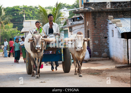 Indische Leute auf einem Ochsenkarren reisen Home vom Markt. Andhra Pradesh, Indien - Stockfoto