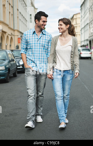 Deutschland, Berlin, paar hand in hand gehen durch Stadtstraße - Stockfoto