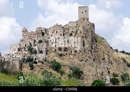 Italien. Basilikata. Craco. Malerische Aussicht auf den mittelalterlichen Hügel ghost Stadt Craco, die von den normannischen - Stockfoto