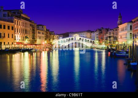 Sonnenuntergang in Venedig mit Blick auf die Rialtobrücke über den Canal Grande