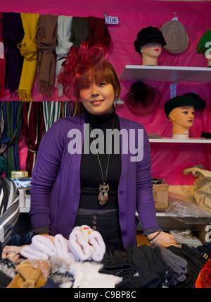 Paris, Frankreich, chinesische Frau Porträt, Hat Verkäufer, in Champs Elysees Weihnachtsmarkt, Einwanderer Europa - Stockfoto