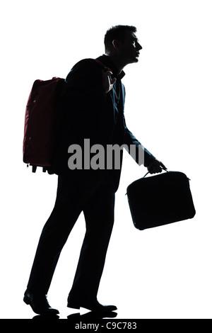 ein Reisender Geschäftsmann zu Fuß mit Koffer auf Schultern in voller Länge Silhouette im Studio isoliert weißen - Stockfoto