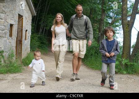 Familie, Wandern im Wald - Stockfoto