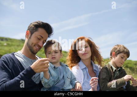 Eltern und junge Boys in der Natur - Stockfoto