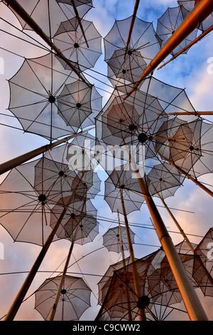 """Griechenland, Thessaloniki. """"Regenschirme"""", einer künstlerischen Installation von George Zoggolopoulos. - Stockfoto"""