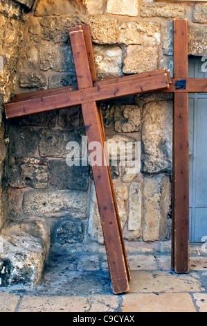 Foto der Kreuzigung Kreuze in einer Straße in der Altstadt von Jerusalem, Israel - Stockfoto