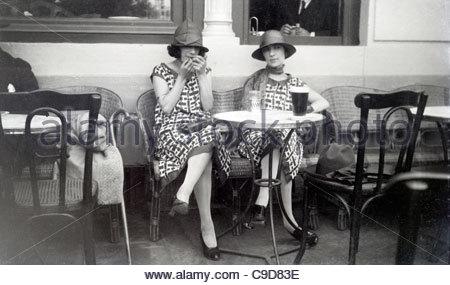 zwei junge Erwachsene Frauen sitzen auf der Terrasse der 1920er Jahre - Stockfoto