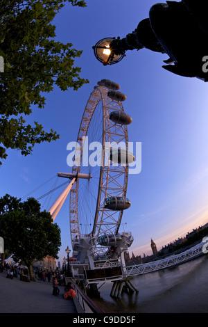 Ansicht des London Eye, Houses of Parliament, Big Ben und die Themse, die Golden Jubilee Bridge Abend Sonnenschein - Stockfoto