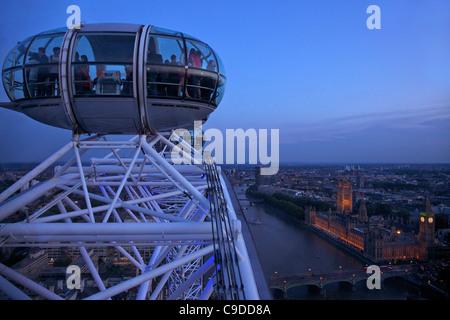 Ansicht der Passagier Pod Kapsel, Houses of Parliament, Big Ben und die Themse vom London Eye in der Abenddämmerung, - Stockfoto