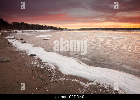 Bunte Wintermorgen am Ofen in Råde Kommune, Østfold Fylke, Norwegen. - Stockfoto