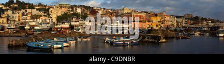 Panoramablick auf den kleinen Hafen Aci Trezza, Aci Trezza, Sizilien, Italien - Stockfoto