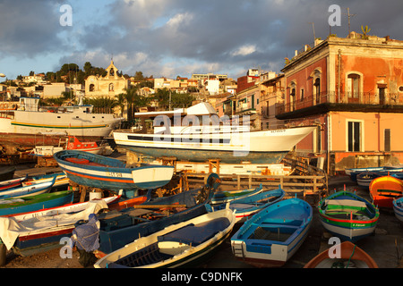 Boote in den kleinen Hafen Acitrezza, Aci Trezza, Sizilien, Italien - Stockfoto