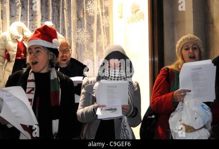 Anti-israelische Weihnachtslieder singen Demonstranten außerhalb des ...