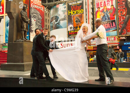 Manhattan, New York, USA: Eine Braut und Bräutigam und Trauzeugen posieren für Bilder in Times Square, New York, - Stockfoto