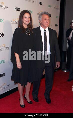 Dustin Hoffman und Frau Lisa im Ankunftsbereich für erste Saison Premiere des Glücks auf HBO, Mandalay Bay Theatre, - Stockfoto