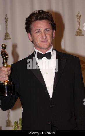 "29. Februar 2004; Hollywood, Kalifornien, USA; Oscar-Verleihung 2004: Schauspieler SEAN PENN Gewinner als bester Schauspieler in ""Mystic River"" im Presseraum an der 76th Annual Academy Awards statt im Kodak Theatre in Hollywood...  (Bild Kredit: Paul Fenton/ZUMAPRESS.com)"
