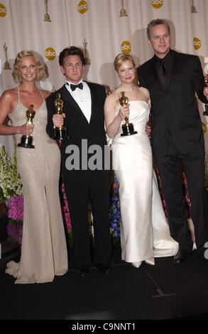 """29. Februar 2004; Hollywood, Kalifornien, USA; Oscar-Verleihung 2004: Gewinner Schauspielerin CHARLIZE THERON als beste Schauspielerin in """"Monster"""" SEAN PENN Gewinner als bester Schauspieler in """"Mystic River"""" mit RENEE ZELLWEGER-Gewinner als beste Nebendarstellerin in """"Cold Mountain"""" und TIM ROBBINS im Presseraum an der 76th Annual Academy Awards Stockfoto"""