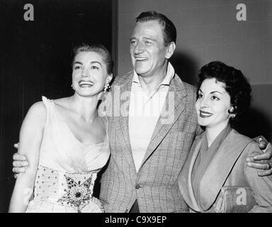JOHN WAYNE mit seiner Frau Pilar Wayne und Esther Williams bei der NBC-Party statt, nach Berles Show.Supplied von - Stockfoto