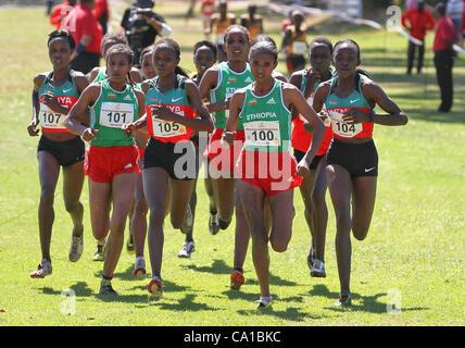 CAPE TOWN, SOUTH AFRICA, Sonntag, 18. März 2012, Athleten in den senior 8 km Frauenlauf während der afrikanischen - Stockfoto