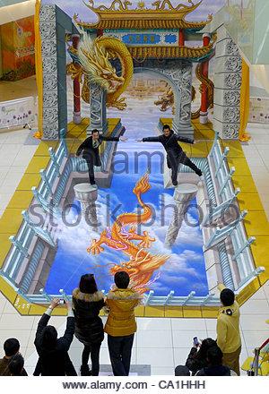 "Eine 3D-Malerei Show genannt ""Shenlongtiangong"" hält in Wangfujin und zieht viele Bürgerinnen und Bürger in Peking - Stockfoto"