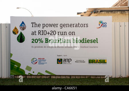 Ein Schild kündigt an, dass die Stromerzeuger auf der Konferenz mit 20 % brasilianische Biodiesel fahren. UN-Konferenz über nachhaltige Entwicklung (Rio + 20), Rio De Janeiro, Brasilien, 14. Juni 2012. Foto © Sue Cunningham.