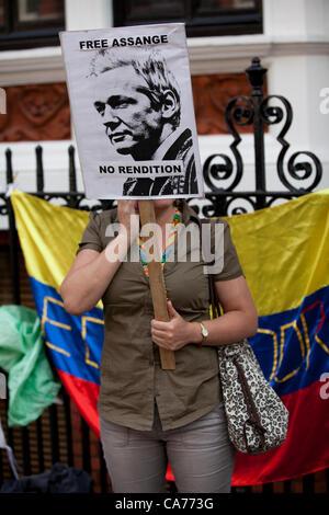 London, UK. 20. Juni 2012. Ein Demonstrant hält ein Plakat vor der ecuadorianischen Botschaft während der Wikileaks - Stockfoto