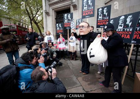 Königliche Gerichtshöfe, High Court, London, UK. 24.04.2012 Bild zeigt einen Protest gegen die Murdoch-Medien-Imperium - Stockfoto