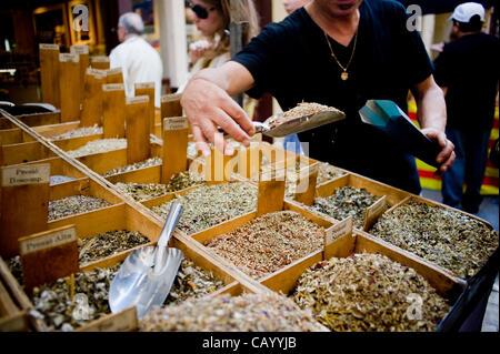 11. Mai, 2012-Barcelona, Spanien. Ein Angestellter, Vorbereitung eines Pakets von pflanzlichen Arzneimitteln. St.Pontius, - Stockfoto