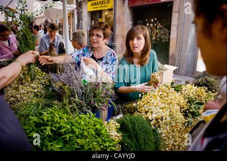 11. Mai, 2012-Barcelona, Spanien. Frauen verkaufen pflanzliche Heilmittel. St. Pontius, Patron der Kräuterkundige, - Stockfoto
