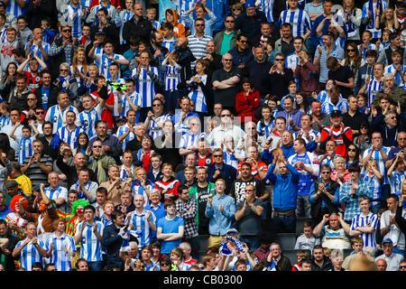 12.05.2012 Milton Keynes, England. MK Dons V Huddersfield Town.  Huddersfield Town-Fans feiern ihre Seite erste Tor im Play-off-Halbfinale Finale 1. Etappe zwischen MK Dons und Huddersfield Town Stadium Npower League 1 mk.  Endstand: MK Dons 0-2 Huddersfield Town.