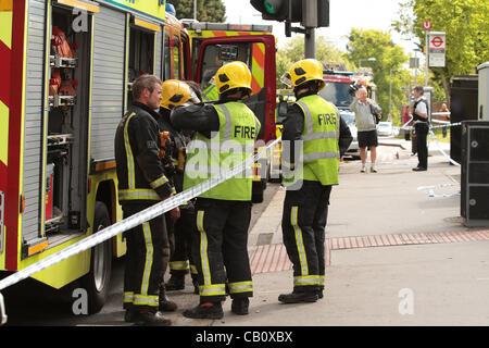 Croydon UK. 16 Mai 2012. Eine 28 Jahre alte Frau war 30 m unter einer Straßenbahn in Croydon, Südlondon nach dem - Stockfoto
