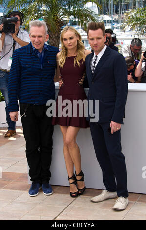 L-r: Jean-Paul Gaultier (Designer), Diane Kruger (Schauspielerin), Ewan McGregor (Schauspieler) bei Photocall der - Stockfoto