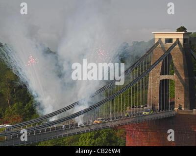 BRISTOL, UK, 23. Mai 2012.  Brunels Wahrzeichen Clifton Suspension Bridge überquert die Olympische Flamme, begleitet - Stockfoto