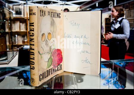 LONDON, UK 25. Mai 2012: signiertes Exemplar von Ian Fleming Goldfinger auf der 55. London International Antiquarian - Stockfoto