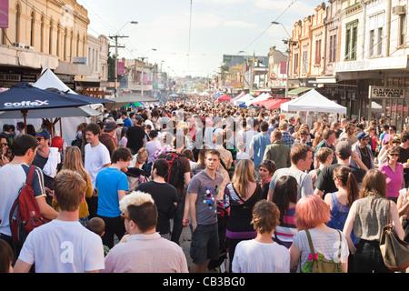 High Noon-Gemeinschaft-Festival ist ein Northcote lokale Musik Fest in Melbourne, Australien, überfüllten Straßen auf dem Festival. Stockfoto