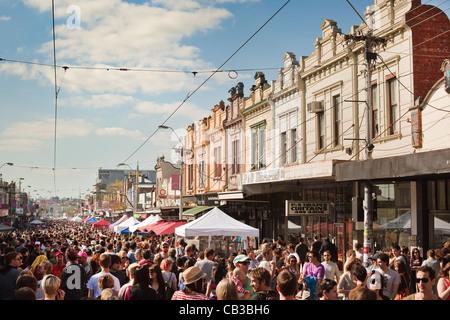 High Noon-Gemeinschaft-Festival in Melbourne, Australien Massen genießen Nothcote Festival & alte Architektur - Stockfoto