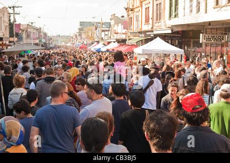 High Noon-Gemeinschaft-Festival ist ein Northcote lokale Musik Fest in Melbourne, Australien überfüllten Straße Stockfoto