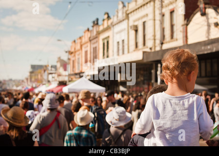 High Noon-Gemeinschaft-Festival ist eine Northcote lokale Musik Fest in Melbourne, Australien Kind reitet auf Schultern - Stockfoto