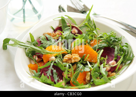 Rakete mit Orange und rote Beete Salat - Stockfoto