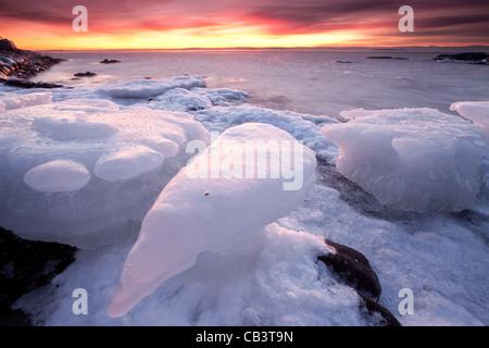 Bunter Abend und Eis Formationen in Nes auf der Insel Jeløy in Moos Kommune, Østfold Fylke, Norwegen.