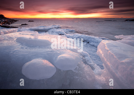 Bunter Abend und Eis Formationen in Nes auf der Insel Jeløy, Moss Kommune, Østfold Fylke, Norwegen. Januar 2011.