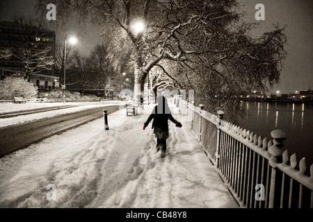 Schnee in London: Eine weibliche laufen im Schnee auf der Böschung, City of Westminster, London, UK - Stockfoto