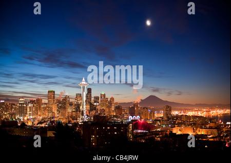 Retro-Bild von Seattle mit Mond- und Raumnadel mit Mount Rainier und Stadtbeleuchtung. - Stockfoto
