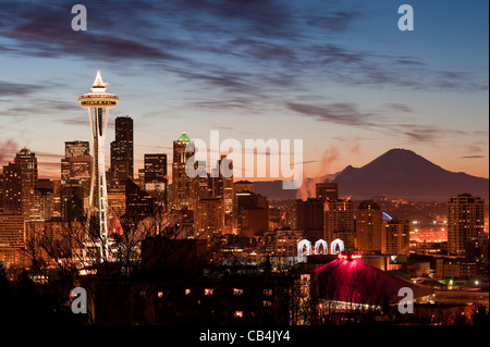 Retro-Bild von Seattle und Mount Rainier bei Sonnenaufgang mit Beleuchtung in der Stadt. - Stockfoto