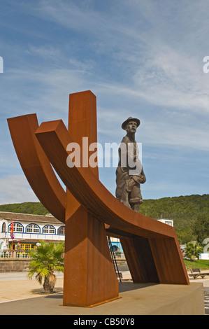 Europa PORTUGAL Azoren Terceira Praia da Vitoria Denkmal für die Fischer am Hafen - Stockfoto