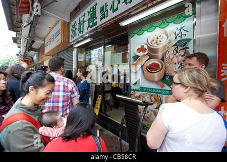 Die Menschen in der Warteschlange außerhalb der ehemaligen ein Dim Sum tim Ho wan mit einem Michelin-Stern ausgezeichnete - Stockfoto