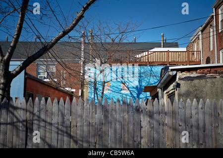 Ein Wandbild an der Seite eines Stadthauses in Baltimore, Maryland. - Stockfoto